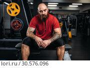 Купить «Strong athlete sitting on bench, workout in gym», фото № 30576096, снято 18 декабря 2018 г. (c) Tryapitsyn Sergiy / Фотобанк Лори