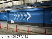 Купить «Автопарковочное пространство Крокус Экспо», эксклюзивное фото № 30577192, снято 13 апреля 2019 г. (c) Дмитрий Неумоин / Фотобанк Лори