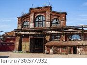 Купить «Старое промышленное здание из красного кирпича. Ижорский завод, Колпино», фото № 30577932, снято 6 мая 2018 г. (c) Юлия Бабкина / Фотобанк Лори