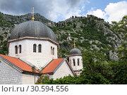 Купить «Купола здания Сербской православной церкви в Которе, Черногория», фото № 30594556, снято 2 июня 2016 г. (c) Кекяляйнен Андрей / Фотобанк Лори