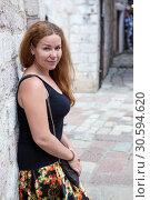 Купить «Привлекательная молодая женщина, прислонившаяся спиной к стене, портрет», фото № 30594620, снято 2 июня 2016 г. (c) Кекяляйнен Андрей / Фотобанк Лори