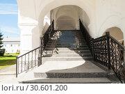 Купить «Staircase with antique wrought iron railing in Nicholas Vyazhischsky stauropegic monastery in Veliky Novgorod, Russia», фото № 30601200, снято 6 мая 2018 г. (c) Зезелина Марина / Фотобанк Лори