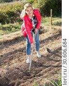 Купить «Female gardener working with rake», фото № 30606684, снято 26 июня 2019 г. (c) Яков Филимонов / Фотобанк Лори