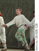 Детский танцевальный коллектив на сцене в Балашихе (2019 год). Редакционное фото, фотограф Дмитрий Неумоин / Фотобанк Лори