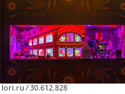 Купить «Рождественские украшения в витрине парижского универмага Галереи Лаффает (Galeries Lafayette)», фото № 30612828, снято 18 декабря 2018 г. (c) Сергей Рыбин / Фотобанк Лори