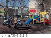Купить «Балашиха, детская площадка в центре города», эксклюзивное фото № 30613216, снято 17 апреля 2019 г. (c) Дмитрий Неумоин / Фотобанк Лори