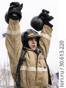 Купить «Сотрудник МЧС России поднимает две гири весом по 24 килограмма. Функциональное пожарно-спасательное многоборье», фото № 30613220, снято 19 апреля 2019 г. (c) А. А. Пирагис / Фотобанк Лори