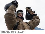 Купить «Сотрудник МЧС России поднимает две гири весом по 24 килограмма. Функциональное пожарно-спасательное многоборье», фото № 30613224, снято 19 апреля 2019 г. (c) А. А. Пирагис / Фотобанк Лори