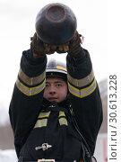 Купить «Сотрудник МЧС России совершает махи гирей весом 32 килограмма. Функциональное пожарно-спасательное многоборье», фото № 30613228, снято 19 апреля 2019 г. (c) А. А. Пирагис / Фотобанк Лори