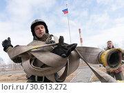 Купить «Сотрудник МЧС России собирает пожарный шланг. Функциональное пожарно-спасательное многоборье», фото № 30613272, снято 12 декабря 2019 г. (c) А. А. Пирагис / Фотобанк Лори