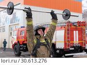 Купить «Сотрудник МЧС России поднимает штангу над головой. Функциональное пожарно-спасательное многоборье», фото № 30613276, снято 19 апреля 2019 г. (c) А. А. Пирагис / Фотобанк Лори