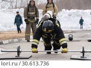 Купить «Сотрудник МЧС России отжимается от штанги. Функциональное пожарно-спасательное многоборье», фото № 30613736, снято 19 апреля 2019 г. (c) А. А. Пирагис / Фотобанк Лори