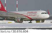 Купить «Air Arabia aircraft taxiing at Sheremetyevo Airport in Moscow. Winter view», видеоролик № 30616604, снято 1 февраля 2018 г. (c) Данил Руденко / Фотобанк Лори