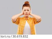 Купить «red haired teenage girl closing ears by hands», фото № 30619832, снято 28 февраля 2019 г. (c) Syda Productions / Фотобанк Лори