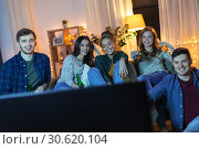 happy friends with drinks watching tv at home. Стоковое фото, фотограф Syda Productions / Фотобанк Лори