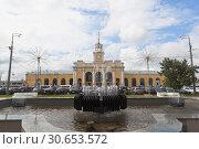 Купить «Фонтан на привокзальной площади в городе Ярославле», фото № 30653572, снято 9 июля 2018 г. (c) Николай Мухорин / Фотобанк Лори