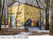 Купить «Забавное граффити с крысами и продуктами на трансформаторной будке, Гатчина», фото № 30659680, снято 28 марта 2019 г. (c) Юлия Бабкина / Фотобанк Лори