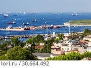 Купить «View on trading vessels standing on the raid  in the Sea of Marmara, Istanbul, Turkey», фото № 30664492, снято 13 мая 2015 г. (c) Наталья Волкова / Фотобанк Лори