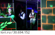 Купить «Men and women in business suits playing laser tag emotionally in dark room», видеоролик № 30694152, снято 20 августа 2019 г. (c) Яков Филимонов / Фотобанк Лори