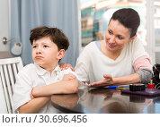Купить «Mom soothing offended tweenager», фото № 30696456, снято 28 марта 2019 г. (c) Яков Филимонов / Фотобанк Лори