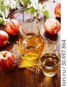 Купить «Яблочный сок в кувшине. Вид сверху», фото № 30697864, снято 1 мая 2019 г. (c) Надежда Мишкова / Фотобанк Лори