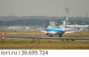 Купить «KLM Cityhopper Embraer 175STD landing», видеоролик № 30699724, снято 20 июля 2017 г. (c) Игорь Жоров / Фотобанк Лори