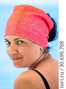 Купить «Портрет красивой загорелой женщины с красным платком на голове», фото № 30699788, снято 23 июля 2018 г. (c) Кекяляйнен Андрей / Фотобанк Лори