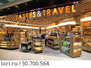 Купить «Tourists choose Souvenirs and products in duty free shop at Bangkok airport», фото № 30700564, снято 27 марта 2019 г. (c) Григорий Писоцкий / Фотобанк Лори