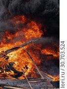Купить «Сильный пожар, горящие автомобильные шины, черный ядовитый дым в небе», фото № 30703524, снято 18 апреля 2019 г. (c) А. А. Пирагис / Фотобанк Лори