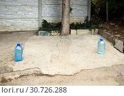Купить «Резервирование паковочного места у дома с помощью пластиковых бутылок», фото № 30726288, снято 13 сентября 2018 г. (c) Вячеслав Палес / Фотобанк Лори