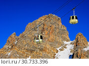 Купить «Kabinen einer Seilbahn mit Skis vor einer Felswand, Skigebiet Trois Vallees, Frankreich / Gondolas of a cable car carrying skis against a rock face, ski resort Trois Vallees France», фото № 30733396, снято 15 июля 2019 г. (c) age Fotostock / Фотобанк Лори