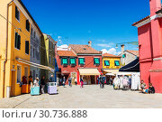 Bright colorful houses on Burano island on the edge of the Venetian lagoon. Venice, Italy (2017 год). Редакционное фото, фотограф Наталья Волкова / Фотобанк Лори