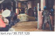 Купить «People playing paintball», фото № 30737120, снято 10 июля 2017 г. (c) Яков Филимонов / Фотобанк Лори