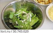 Купить «Приготовление салата на кухне», видеоролик № 30743020, снято 26 июня 2018 г. (c) Алексей Кокорин / Фотобанк Лори