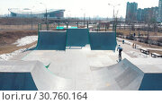 Купить «Aerial view on a skatepark. BMX rider riding on the ramp», видеоролик № 30760164, снято 20 июня 2019 г. (c) Константин Шишкин / Фотобанк Лори