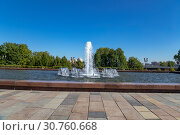 Купить «Fountain in the Victory Park on Poklonnaya Hill (Gora), Moscow, Russia. The memorial complex constructed in memory of those who died during the Great Patriotic war», фото № 30760668, снято 16 сентября 2014 г. (c) Владимир Журавлев / Фотобанк Лори