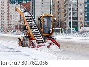 Купить «Лаповый снегопогрузчика на проспекте Косыгина. Санкт-Петербург», эксклюзивное фото № 30762056, снято 3 марта 2019 г. (c) Александр Щепин / Фотобанк Лори