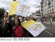 Купить «UK SCOTLAND Edinburgh -- 16 Sep 2010 -- Crowds wave papal flags and those of St Andrew during Pope Benedict XVI's visit to Edinburgh, Scotland. The pope...», фото № 30765616, снято 16 сентября 2010 г. (c) age Fotostock / Фотобанк Лори
