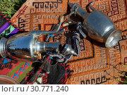 Купить «Натюрморт из кувшинов, которые лежат на ковре в поле», фото № 30771240, снято 4 мая 2019 г. (c) Николай Винокуров / Фотобанк Лори