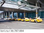 Купить «Желтое такси в аэропорту», фото № 30787884, снято 15 мая 2019 г. (c) Victoria Demidova / Фотобанк Лори