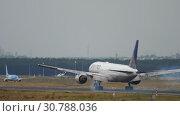 Купить «United Airlines Boeing 777 landing», видеоролик № 30788036, снято 20 июля 2017 г. (c) Игорь Жоров / Фотобанк Лори