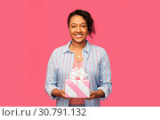 Купить «happy african american woman with birthday present», фото № 30791132, снято 2 марта 2019 г. (c) Syda Productions / Фотобанк Лори