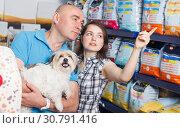 Купить «l woman and man with dog selecting vet food», фото № 30791416, снято 7 мая 2018 г. (c) Яков Филимонов / Фотобанк Лори