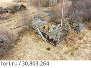 Купить «Top view of Ruins of the abandoned wooden houses in the ghost village in the European North of Russia, Kirov Region», фото № 30803264, снято 6 июля 2020 г. (c) Mikhail Starodubov / Фотобанк Лори