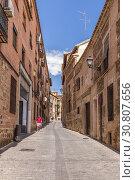 Купить «Толедо, Испания. Узкая улица в старом городе», фото № 30807656, снято 25 июня 2017 г. (c) Rokhin Valery / Фотобанк Лори