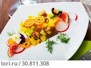 Купить «Deliciously tartar of raw tuna with avocado, mango and greens at plate», фото № 30811308, снято 25 июня 2019 г. (c) Яков Филимонов / Фотобанк Лори