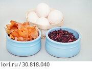 Купить «Луковая шелуха и чай каркаде - натуральные красители для яиц», эксклюзивное фото № 30818040, снято 27 апреля 2019 г. (c) Dmitry29 / Фотобанк Лори
