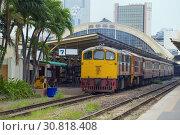Пассажирский поезд на  железнодорожном вокзале Хуа Лампхонг. Бангкок, Таиланд (2019 год). Редакционное фото, фотограф Виктор Карасев / Фотобанк Лори