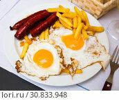 Huevos con chistorra. Scrambled eggs with sausage and potatoes. Spanish cuisine. Стоковое фото, фотограф Яков Филимонов / Фотобанк Лори