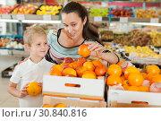 Купить «son with his mother choosing oranges», фото № 30840816, снято 20 апреля 2019 г. (c) Яков Филимонов / Фотобанк Лори
